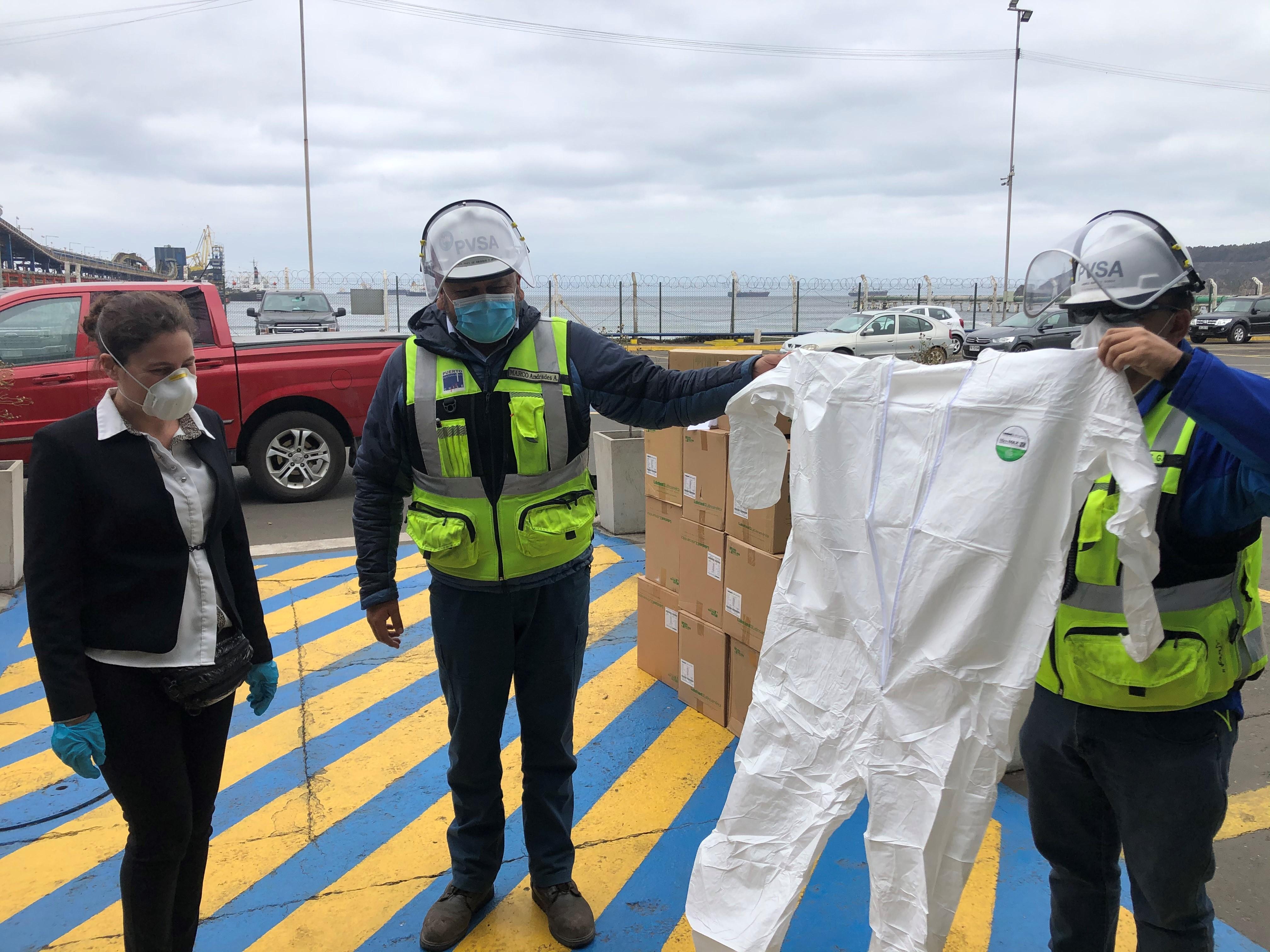 Puerto Ventanas dona trajes de protección al hospital de Quintero en el marco de la pandemia de Coronavirus